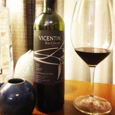 Vicentin Backbone Perazinico 2013. 30% de Cabernet Franc, 30% de Petit Verdot, 30% de Cabernet Sauvignon e 10% de Malbec. Um vinho escuro, de aromas complexos. Presença marcante de ameixa seca, um toque de frescor, madeira, até um certo amanteigado. O paladar é marcante e sofisticado.  Compre em:  https://vivaovinho.shop/ #vinho #vivaovinhoshop #fotooficialvov #argentina #vinhoargentino #cabernetsauvignon #cabernetfranc #petitverdot #malbec…