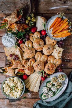 Oster-Snack-Board mit Eiersalat, Käse-Hasenbrot, Deviled Eggs, Bärlauch-Quark, Spargeltaschen und mehr ⋆ Knusperstübchen Pie Co, Party Buffet, Brunch Party, Hoppy Easter, Dip Recipes, Snacks, Quiche, Dairy, Cheese