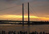 Hotel am Rhein Wesseling – Kurzurlaub am Rhein. Könnte es was schöneres geben als direkt am Rhein zu entspannen? Genießen Sie das herrliche Panorama mit den vorbeiziehenden Schiffen und lassen Sie sich von der Gastfreundschaft am Rhein verwöhnen.