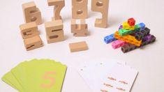 """Ces blocs de bois massif permettent de comprendre, de manière sensorielle, la numération et les quatre opérations mathématiques. La hauteur de chacun des blocs correspond à sa valeur : en empilant le bloc""""4"""" et le bloc """"3"""", on obtient la même hauteur que le bloc """"7"""". Chaque chiffre a une taille proportionnelle : Le 1 sera donc le plus petit, le 2 un peu plus grand, le 3 encore plus… ,3 cm. Dès 2 ans."""