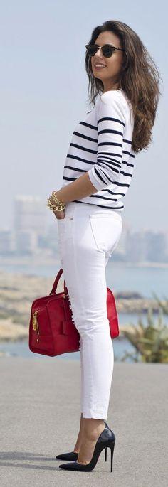 casual chic com inspiração navy: calça branca, t0shirt listrada e bolsa vermelha! ♠ re-pinned by http://www.wfpblogs.com/author/rachelwfp/