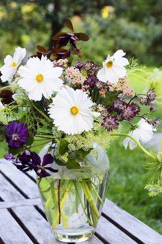 A simple but beautiful bouquet. Photo: Hanna Marttinen Styling: Henrika Arle Kotivinkki 13/2013 www.kotivinkki.fi Greenhouse, Summer House, Flowers, Garden, Midsummer, Green, Plants, Planting Flowers