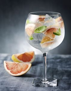 Grapefruit and basil gin and tonic, because everyone needs another way to drink gin. drinks Grapefruit and Basil Gin and Tonic Summer Cocktails, Cocktail Drinks, Alcoholic Drinks, Beverages, Vodka Cocktails, Basil Cocktail, Gin Cocktail Recipes, Drinks Alcohol, Gin Und Tonic