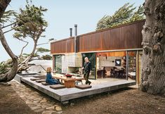 Ramirez and his partner, Sarah Mason Williams, dine at a sequoia table by Redwood Burl next to a hulking juniper tree that they asked the architects to preserve as a centerpiece of the property.
