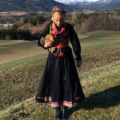 Anne og høna. #beltestakk #17mai #bunad #norway #photoshoot #model #telemark