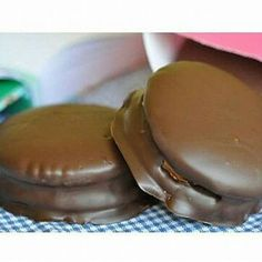 Alfajores de chocolate  Ingredientes:  Para la masa: -500g d #recetas #recetasfaciles Pancakes, Pudding, Cookies, Breakfast, Desserts, Food, Chocolate Frosting, Gourmet, Corn Starch