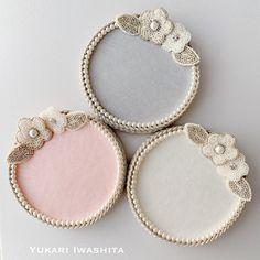 再販しました《 Fleurs en Pot 》 - Plateaux pour Perles - | オートクチュール刺繍 Yukari Iwashita Pots, Knitted Necklace, Beaded Bracelets, Shopping, Jewelry, Bands, Hair, Flowers, Trays