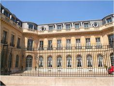 Hôtel de la Rochefoucauld d'Estissac (1703) 28, rue Saint-Diminique Paris 75007. Architecte : Pierre cailleteau dit Lassurance. Maison de la Chimie.