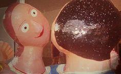 La vida, sin nombre, sin memoria, estaba sola. Tenía manos, pero no tenía a quién tocar. Tenía boca, pero no tenía con quién hablar. La vida era una, y siendo una era ninguna.     Entonces el deseo disparó su arco. Y la flecha del deseo partió la vida al medio, y la vida fue dos.     Los dos se encontraron y se rieron. Les daba risa verse, y tocarse también. #EduardoGaleano  http://flutu-ando.blogspot.com.br/2011/08/de-deseo-somos.html