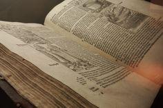 Musée national d'Islande - Reykjavik -Bible Gudbrandur- 14) EXPOSITION PERMANENTE 1400-1600: Dans la 1° moitié du 16°s, le roi de Danemark et de l'Islande a décrété que l'église islandaise devait se convertir au Luthérianisme. En Islande, la Réforme a été accompagnée par un conflit prolongé, qui a pris fin en 1550 lorsque JON ARASON, le dernier evêque catholique a été exécuté. Après la Réforme, le pouvoir royal en Islande a augmenté.