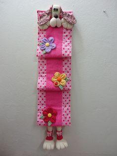 Hoy tengo para ti esta propuesta para hacer un lindo porta papel higiénico o porta rollos. Son ideas fantásticas que lucirán de maravillaen tu baño, cada uno está hecho de manera diferente con materiales fáciles de conseguir, como fieltro, foami, algodón, felpa, etc. ya verás lo hermoso que quedan estos guarda papel higiénicos, y lo … Felt Crafts, Diy And Crafts, Arts And Crafts, Sewing Crafts, Sewing Projects, Projects To Try, Dress Sewing Patterns, Crochet Patterns, Pink Bathroom Accessories