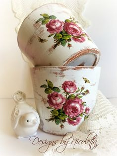 Decoupage clay pot, vinta - DIY Deco Home Trends Painted Clay Pots, Tuile, Decoupage Vintage, Egg Decorating, Terracotta Pots, Grandma Gifts, Vintage Roses, Flower Pots, Arts And Crafts