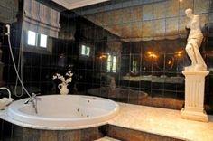 Disfruta de este jacuzzi con tu pareja. Villa en San Pedro de Alcántara/ Marbella (Málaga) Villas, Jacuzzi, Corner Bathtub, Bathroom, Romantic Getaways, Country Cottages, Couple, Apartments, Washroom