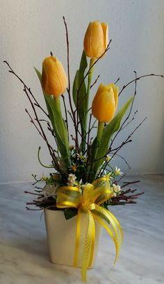 Jarní+dekorace+do+žluta.....+Umělé+tulipány+naaranžované+v+keramickém+květináčku,+doplněné+umělou+zelení,+břízou,+proutěnými+kuličkami+a+mašlemi.+Velikost+dekorace+17x15cm,+výška+35cm.