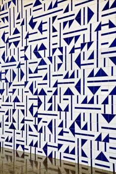 Interesting pattern for the wall using tiles Tribal Patterns, Textile Patterns, Print Patterns, Tile Art, Mosaic Tiles, Splashback Tiles, Tiling, Beach Quilt, House Tiles