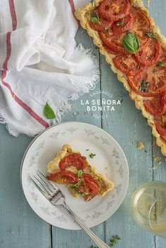 Deliciosa tarta de tomates, tomillo y queso/ Delicious tomatoes, thyme and gruyere cheese tart