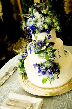 What a pretty cake with blue flowers! Pale blue nigella, bachelor's buttons, delphinium, and lisimachia.