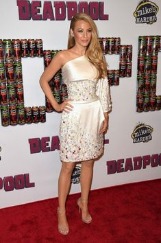 Blake Lively wearing Stuart Weitzman Nudist Sandals and Chanel Spring 2014 Haute Couture Embellished Dress Blake Lively Feet, Mode Blake Lively, Blake Lively Ryan Reynolds, Blake Lively Style, Vestido Blake Lively, Blake Lively Dress, Vogue Fashion, Star Fashion, Fashion Outfits