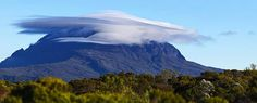 "Photo de Timaoul photographies via @nicolas_ganova : ""#HeyMeteoFrance nuage lenticulaire surplombant le Piton Des Neiges  #LaReunion #Team974"" (26/06/2015)"