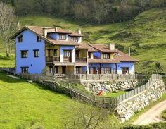 CANGAS DE ONÍS, ASTURIAS. Casas rurales Balcón del Marqués, son 4 casas adosadas de arquitectura típica asturiana. Dos de ellas tienen capacidad para 2/4 plazas, otra tiene capacidad para 7/9 plazas y la última es para 5/6 plazas. Cuentan con baños, salón, cocina y porches con barbacoa y vistas panorámicas a los #PicosDeEuropa. Situadas dentro de una parcela ajardinada con tumbonas, camas elásticas y ping-pong. A 10 min de #CangasDeOnís y #Covadonga y a 30 min de #Ribadesella y…