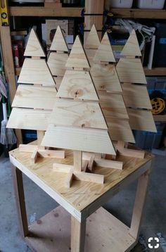 Pallet Tables Paletten-Weihnachtsbäume, Tischplatte - Holz Diy Ideen - Paletten-Weihnachtsbäume, Tischplatte Source by magdalenarutova Unbelievable Break Down a Pallet The Easy Way Ideas. Staggering Break Down a Pallet The Easy Way Ideas. Christmas Tree On Table, Pallet Christmas Tree, Christmas Wood Crafts, Christmas Projects, Christmas Crafts, Cozy Christmas, Christmas Palette, Holiday Tree, Holiday Tables