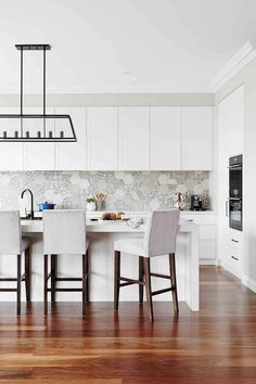 Polished and refined, this classy kitchen embraces a modern take on Hamptons style 📷 Styling Hamptons Style Homes, Hamptons House, The Hamptons, Hamptons Kitchen, Minimalist Home Decor, Apartment Kitchen, Elegant Homes, Kitchen Tiles, Kitchen Styling