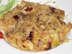 A savanyú káposzta számtalan jótékony hatással rendelkezik. Eleink étkezésében sem véletlenül volt fontos szerepe.    Mit kell tudni a savanyú káposztáról?  Az anyagcsere számára létfontosságú alkotóelemeket tartalmaz. Erjedésekor jótékony hatású, savtermelő baktériumok szaporodnak el, melyek gátolják a káros Potato Recipes, Meat Recipes, Hungarian Recipes, Fruits And Vegetables, Macaroni And Cheese, Cabbage, Bacon, Food And Drink, Potatoes