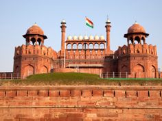 The Red Fort has walls extending up to 2 kms. in length with their height varying from 18 mts. on the river side to 33 mts. on the city side.  Read more: http://www.mapsofworld.com/travel/destinations/india/red-fort#ixzz2hrDJHfwn