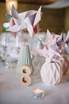 Origamis et couleurs pastel font de cette décoration tendance et originale un superbe mariage en Provence. DIY moulins à vents, menus cocotte et guirlande de fanions design