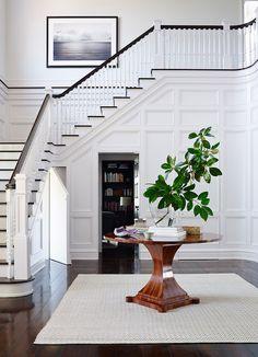 escada branca com corrimão e acabamento em preto #decor #detalhes #details