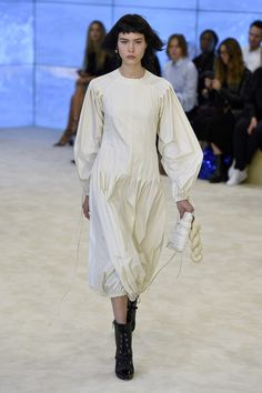 Jonathan Anderson's collections are an endlessly fascinating distillation of his ideas about clothes: how to wear them, what they mean and when they mean it. Uni Fashion, Fashion Art, Fashion Show, Fashion Looks, Fashion Outfits, Fashion Design, Textiles, Ready To Wear, Cool Outfits