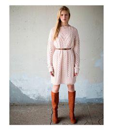 Пастельное розовое платье-свитер с сапогами цвета camel