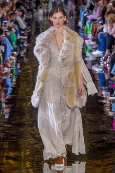 The complete Stella McCartney Fall 2018 Ready-to-Wear fashion show now on Vogue Runway. Paris Fashion Week, Fashion Week 2018, Autumn Fashion 2018, Stella Mccartney, Boho Fashion, Fashion Outfits, Fashion Design, Fasion, Moda Paris