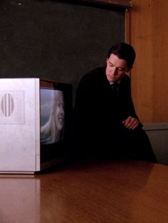 Twin Peaks: Dale Cooper and Laura Palmer Twin Peaks Tv, Twin Peaks 1990, David Lynch Twin Peaks, David Lynch Movies, Kyle Maclachlan, Laura Palmer, Between Two Worlds, Film Books, Director