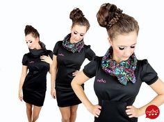 BETTY ist ein schickes Kleid, mit gemütlichem Kragen, der wie eine Kapuze aufgesetzt werden kann. Die körpernahe Silhouette des kurzärmligen Kleides m