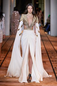 The complete Zuhair Murad Spring 2020 Couture fashion show now on Vogue Runway. Haute Couture Paris, Style Haute Couture, Couture Looks, Spring Couture, Valentino Couture, Fashion Week, Fashion 2020, Runway Fashion, Fashion Outfits