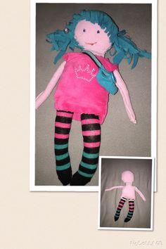 Puppe Beine aus Socke, Körper und Kopf aus Nikipulli und Haare aus Fleetejacke geschnitten. Freestyle ohne Abmessen nach Augenmaß die Teile ausschneiden, auf Links zusammennähen, ausstopfen, Haare annähen und Gesicht sticken:-) fertig