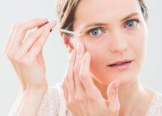 Jak działa serum do twarzy, jak używać i jak dobrać do rodzaju cery? Nawilżające czy regenerujące serum? Które serum do twarzy wybrać na zmarszczki i jak czytać skład?