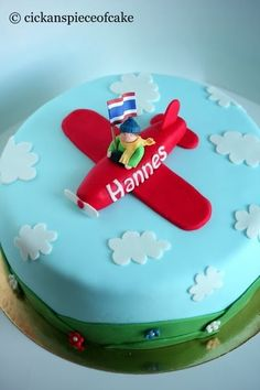 Påskhelgen har vi tillbringat i fjällen tillsammans med mina föräldrar i deras stuga men innan vi åkte bakade jag två tårtor till ett lite... Food Cakes, Cake Designs, Party Themes, Cake Recipes, Birthdays, Desserts, Birthday Cakes, Airplane, Recipes