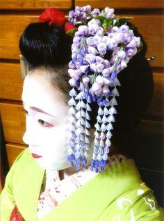 Maiko Hisamomo wearing an original kanzashi design by MAYA kanzashi