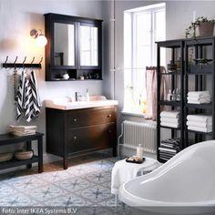 Dunkelbraun gebeizter Waschbeckenschrank und freistehende Badewanne | roomido.com