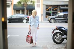 Look Linger Love wearing a classic JNY denim shirt and effortlessly chic white denim Valentino Rockstud Pumps, Super Stretch Jeans, Chambray Top, Fashion News, Fashion Trends, White Denim, Classic White, Denim Shirt, Timeless Fashion