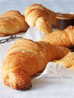 Ieri, dopo tanto tempo, mi sono dedicata alla preparazione dei croissant seguendo la  prima ricetta che ho usato il giorno che decisi che ...