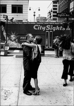 """A chi un bacio legittimo non vale mai un bacio rubato.  A chi finisce sempre per dare il bacio della buonanotte alla persona sbagliata.  A chi un bacio sul naso tutte le mattine.  A chi prima di un bacio trattiene il respiro.  A chi un bacio per salutare il futuro.  A chi un bacio in aeroporto.  A chi un bacio per vedere dove ti porterà.  30 anni di baci rubati per le strade di New York da Matt Weber.    Consiglio di viaggio: """"Ogni viaggio comincia con il primo passo.""""…"""