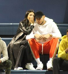 Kendall Jenner and Ben Simmons slip into college basketball game Celebrity Outfits, Celebrity Look, Celebrity Couples, Ben Simmons Sister, Kendall And Kylie, Kendall Jenner, White Hooded Sweatshirt, Tristan Thompson, Jenner Sisters