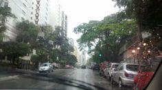 Dirigindo em dia de chuva na avenida Voluntários da Pátria