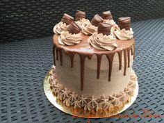 layer cake recipe, what to do with kinder bueno, layer cake to kinder bu . Layer Cake Recipes, Homemade Cake Recipes, Bueno Cake, Bolo Original, Super Torte, Foto Pastel, Cupcake Cakes, Cupcakes, Gravity Cake