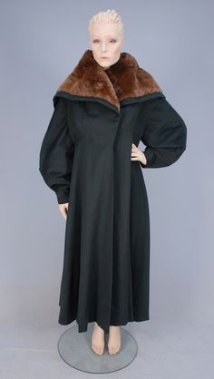 Forest green wool melton with oversized notched cape collar covered in brown beaver fur, balloon sleeve, full cut wit. on Nov 2012 Charles James, 1940s Fashion, Timeless Fashion, Vintage Fashion, Ladies Fashion, Vintage Dresses, Vintage Outfits, Vintage Clothing, Jacques Heim