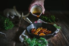 Mouthwatering Maple Balsamic Roasted Carrots recipe with FINEX Cast Iron Cookware Co. and Eva Kosmas Flores. Oven Dishes, Side Dishes Easy, Gourmet Recipes, Cooking Recipes, Healthy Recipes, Maple Balsamic, Cast Iron Recipes, Cast Iron Cooking, Cast Iron Cookware