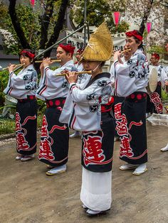 Members of the Asakusa Kaminari-ren awaodori crew accompanying the dance with flutes… #Asakusa, #Awaodori, #Kaminari, #Sakurabashi, #Sumidakoen, #cherry, #blossom 4/5 April 5, 2015 © Grigoris A. Miliaresis